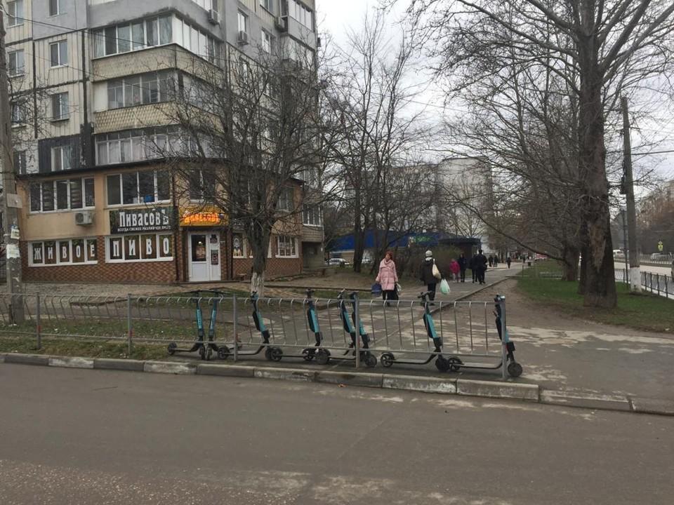 Стало известно, кто владелец нелегальных стоянок электросамокатов в Симферополе. Фото: пресс-служба горадминистрации.