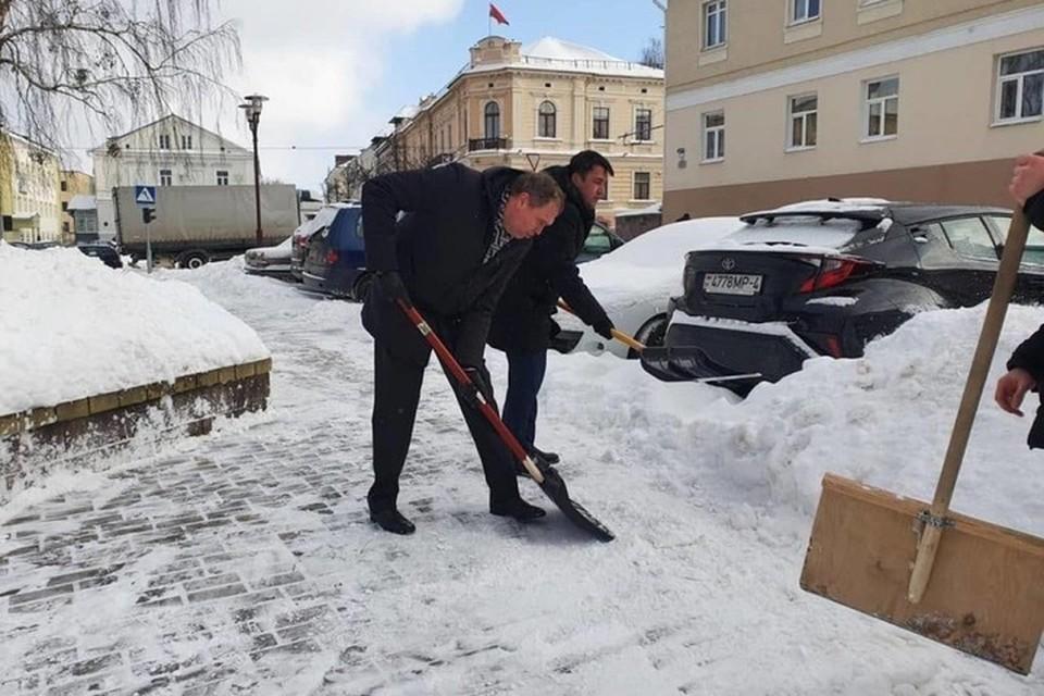 На фото Владимир Караник расчищает дорогу от снега. Фото: s13.ru