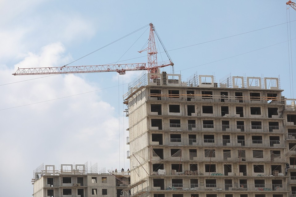 Строительство на недостроенных жилых домах не ведется