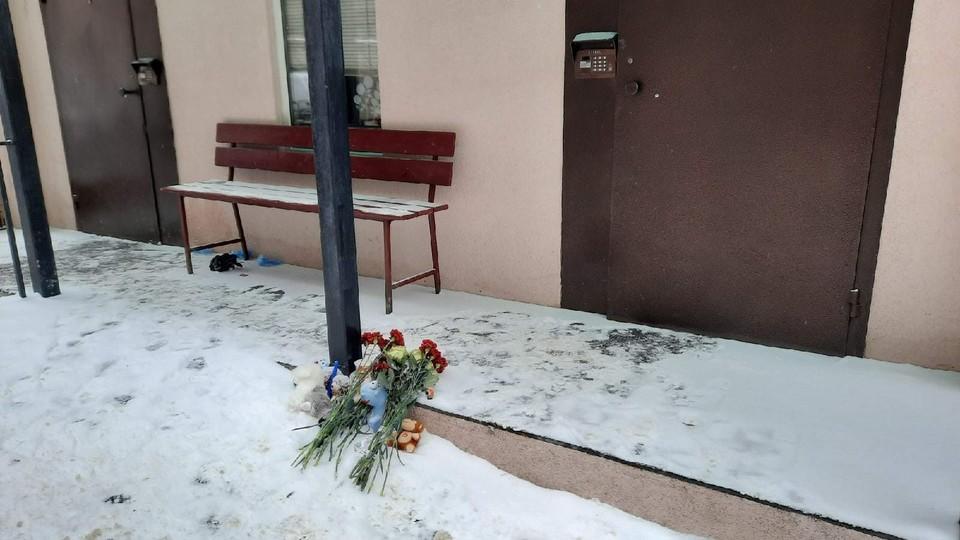 На месте трагедии сейчас лежат цветы