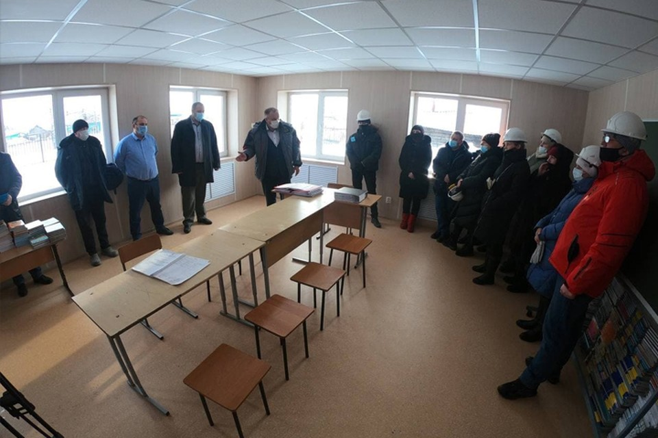 Замгубернатора по строительству проверил школу в Беловском районе. Фото: АПК