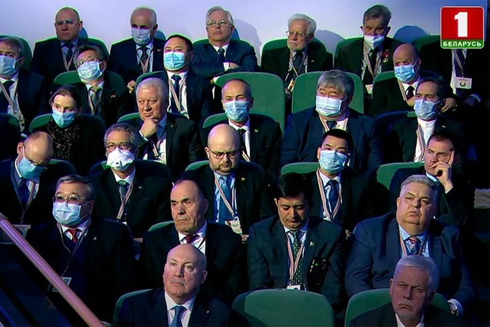 """Многие дипломаты пришли на ВНС в масках, чтобы обезопасить себя от ковида. Фото: скриншот видео """"Беларусь 1"""""""