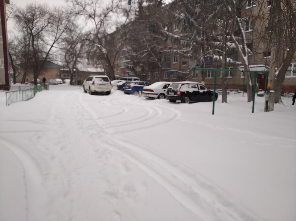 Между тем многие дворы до сих пор засыпаны снегом