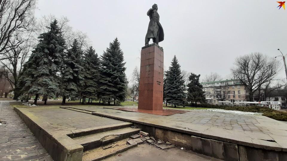 Памятник Лазо - самый высокий в Кишиневе