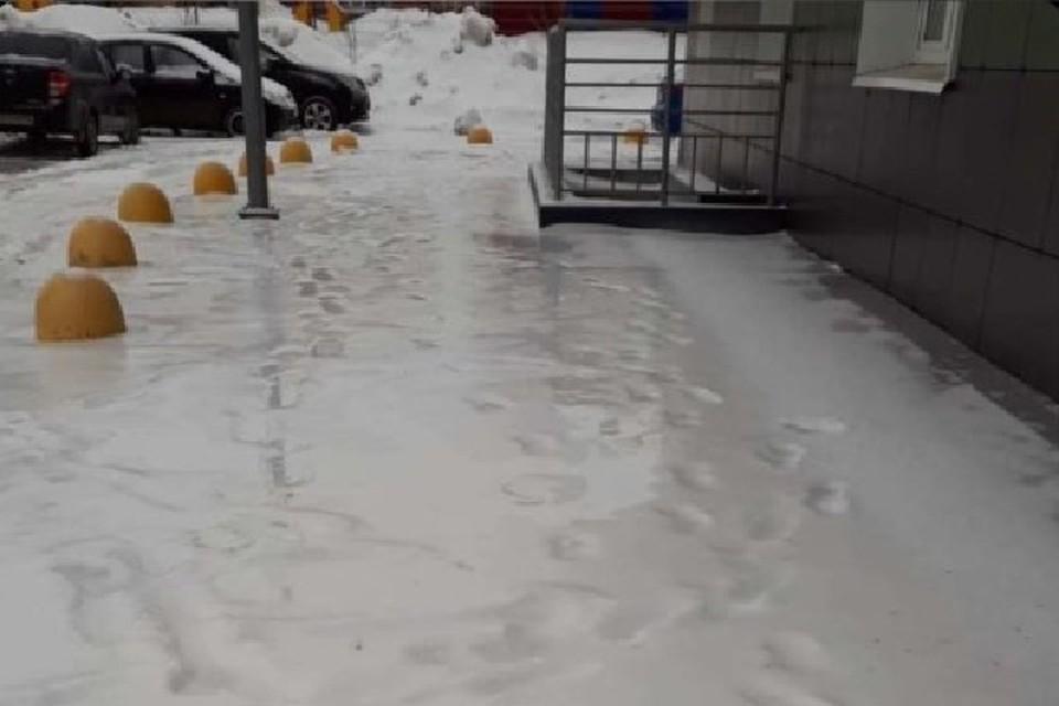 Ледяной коркой покрылся даже снег с оставленными на нем следами - все вокруг превратилось в один сплошной каток.