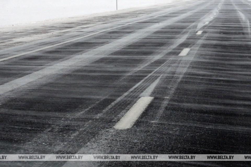 На участке автодороги Р23 Минск-Микашевичи из-за снега ограничено движение в обоих направлениях. Фото: БелТА