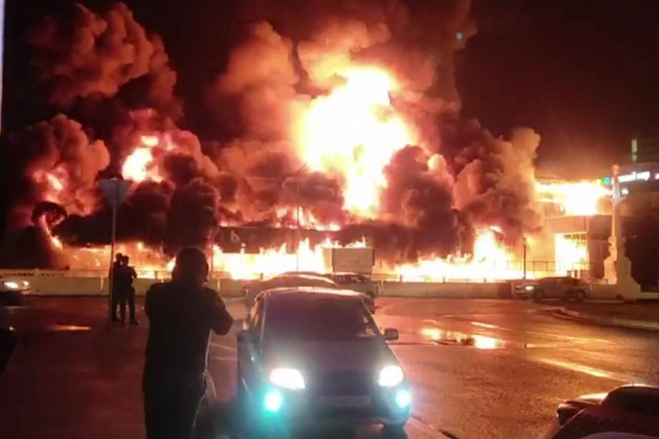 В Адлерском районе Сочи всю ночь горел рынок