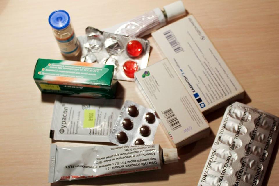 Женщина разбирала лекарства в аптечке, и ее годовалый ребенок выпил капли для глаз.