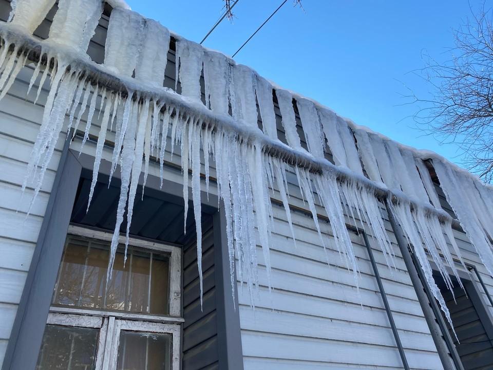 Из-за резкого скачка температур в Крыму образовалось очень много сосулек
