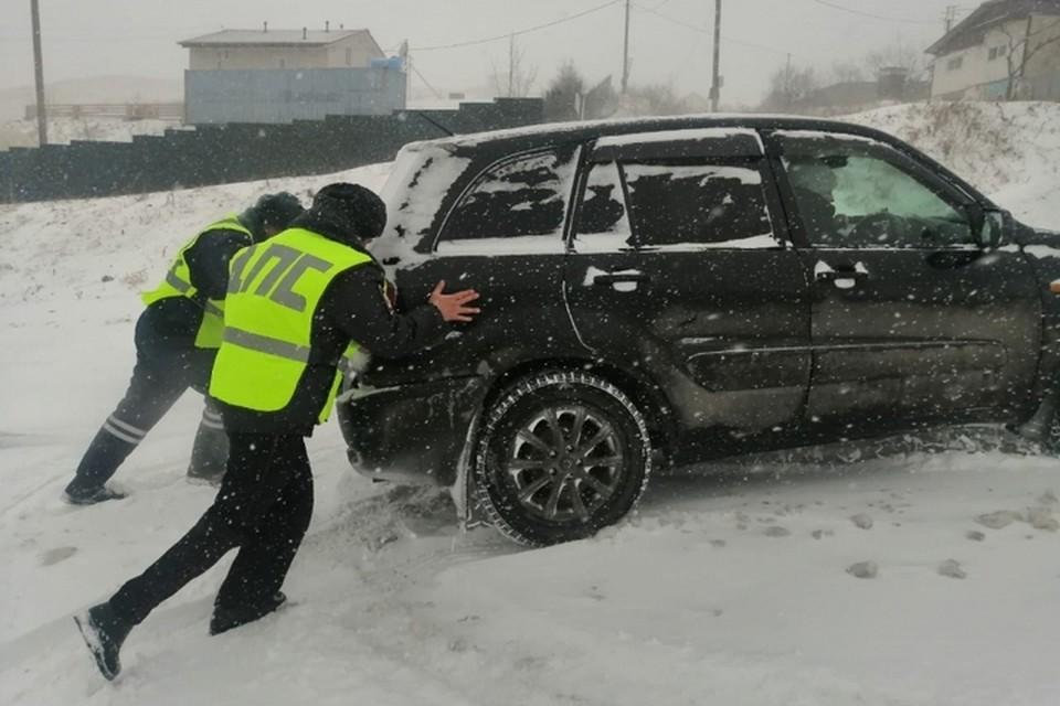 Полиция помогает жителям Владивостока справиться с последствиями снегопада