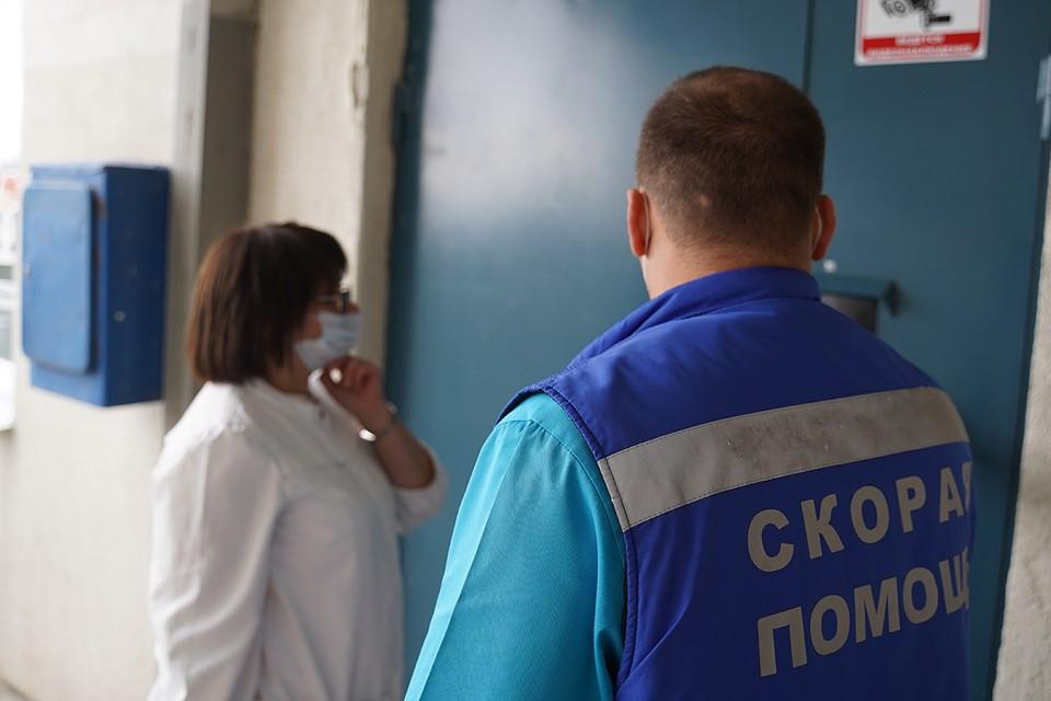 Родители вызвали домой врачей скорой помощи и врачей из детской больницы. Доктора провели осмотр ребенка и назначили лечение