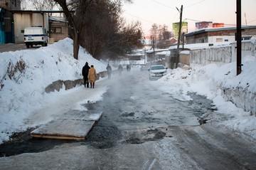 Лужи и гололед: из-за чего происходят порывы водопровода в Ижевске и ждать ли новых коммунальных аварий?