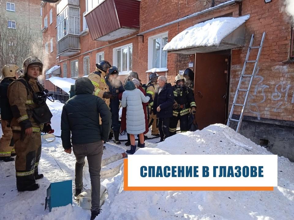 На улице Короленко в Глазове шел дым из окон первого этажа. Фото: пресс-служба ГУ МЧС России по Удмуртии