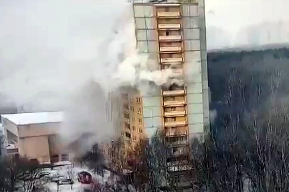 Пожар начался в одной из комнат на десятом этаже