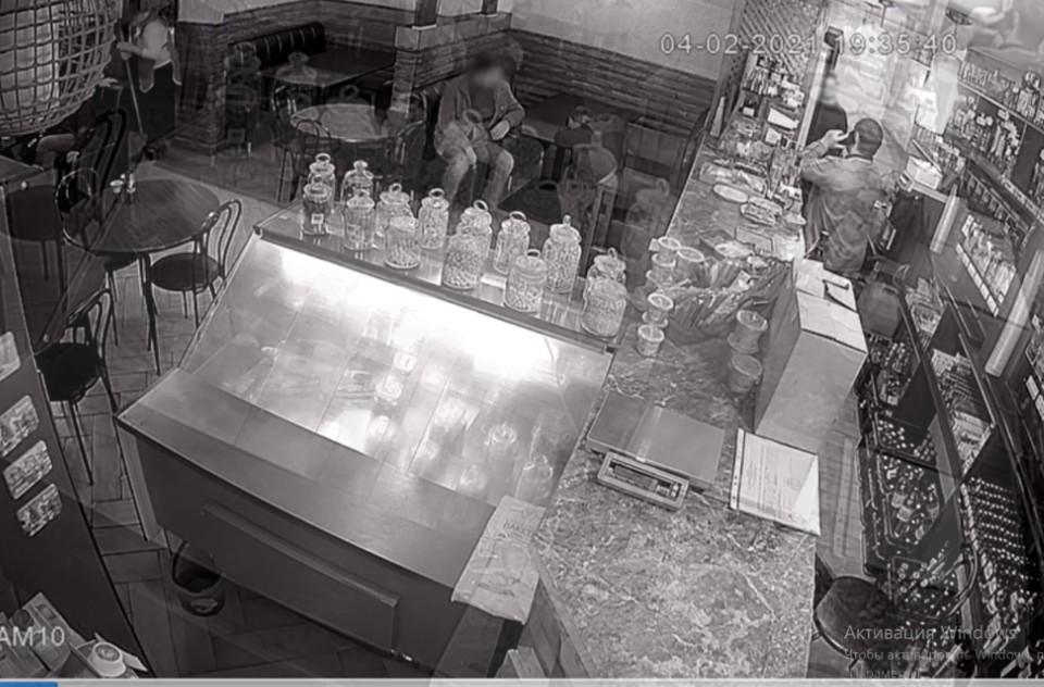 Пострадавший выпил и уснул прямо за столом в кафе. Фото: кадр видео пресс-службы МВД по Республике Крым