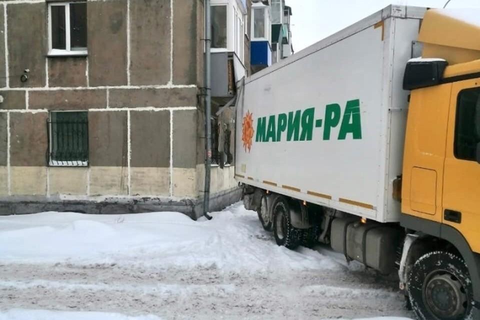 Иду на таран: грузовик постоянно врезается в балкон в Новокузнецке. ФОТО: личная страница Сергея Кузнецова в соцспетях