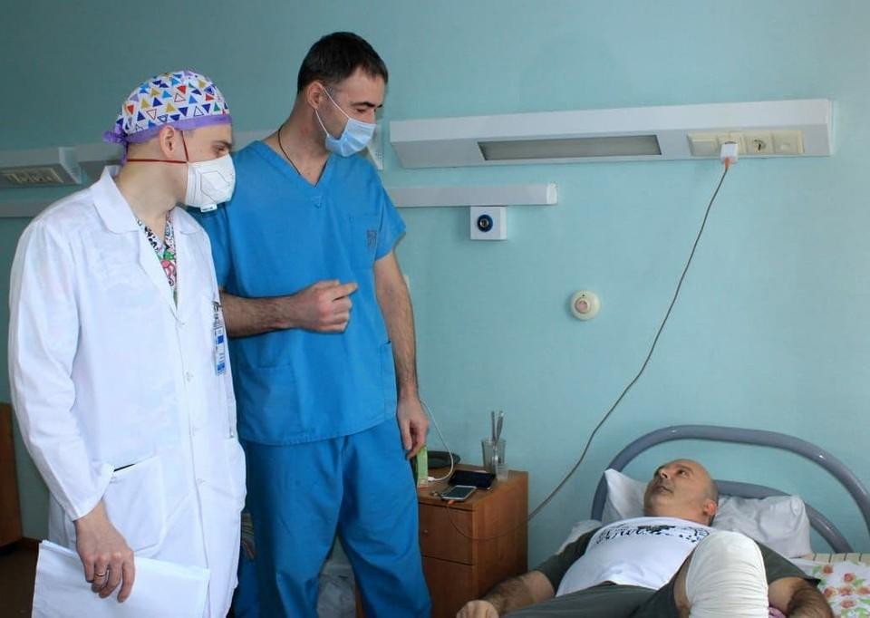 Пациент поблагодарил врачей за помощь. Фото: министерство здравоохранения Омской области