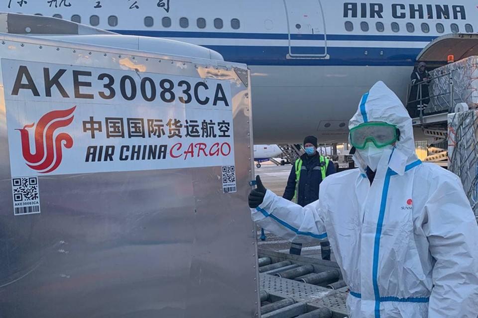 100 тысяч доз китайской вакцины разгружают в минском аэропорту.