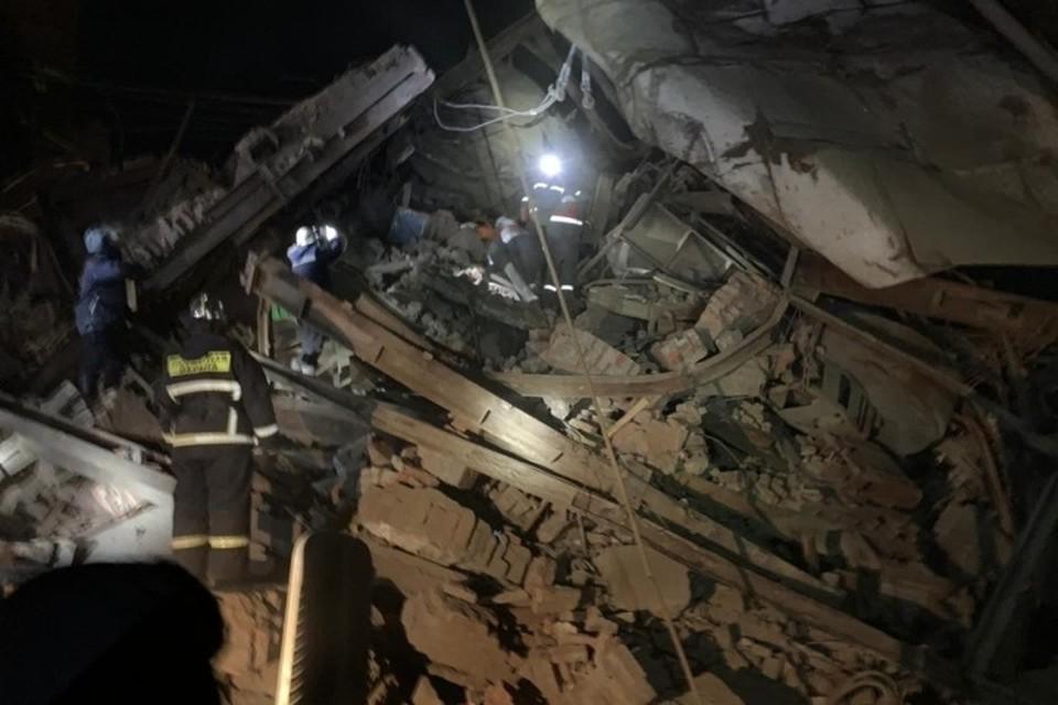 Спасатели работают на месте обрушения галереи дробильного цеха Норильской обогатительной фабрике. Фото: ГУ МЧС по Красноярскому краю