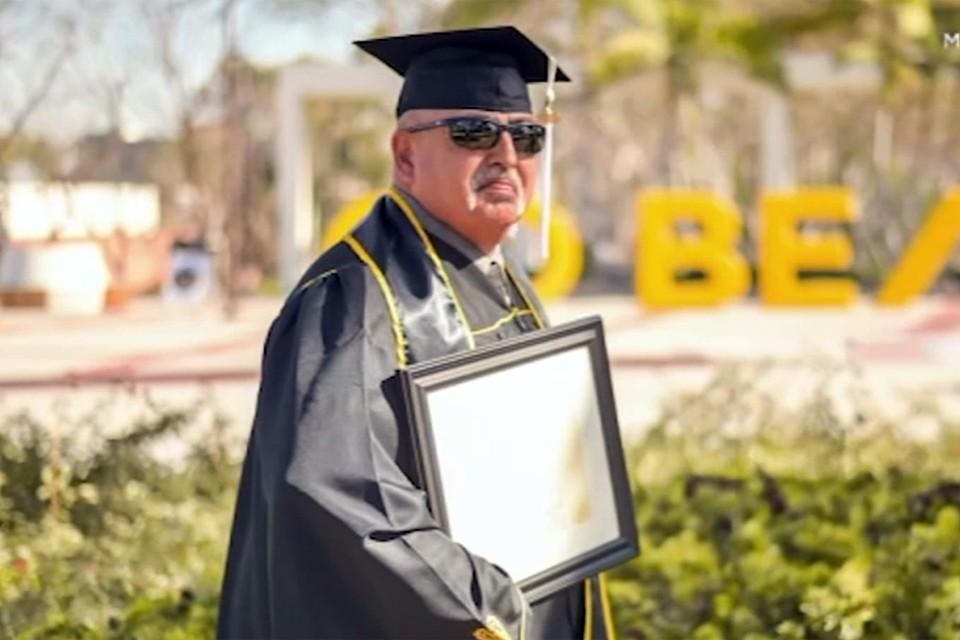 О своем пути к образованию мужчина написал в соцсетях, опубликовав фотографию, на которой прижимает к груди диплом о присвоении степени магистра