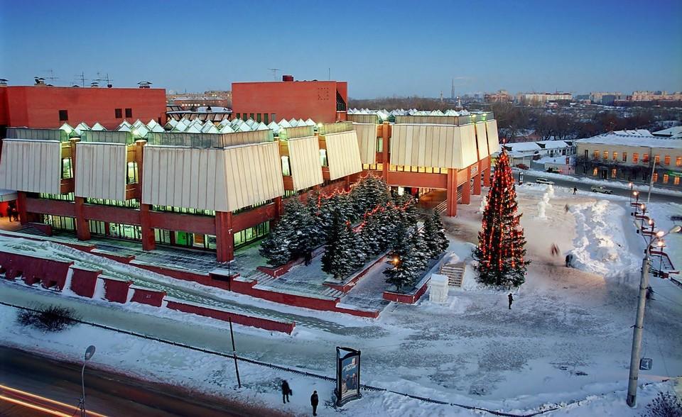 """ТЦ """"Омский"""" был построен в 1986 году."""