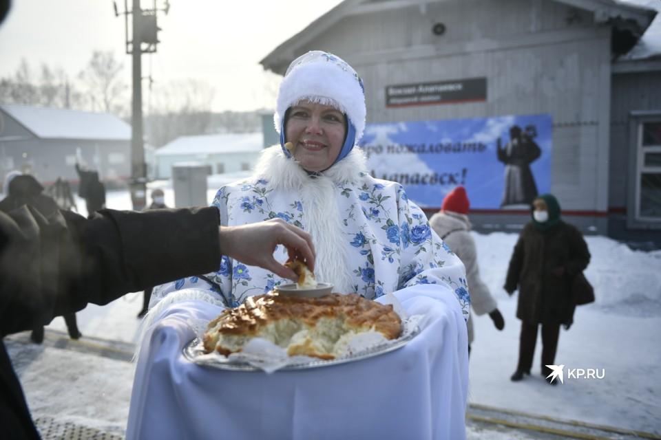 В Алапаевске Императорский поезд встречали хлебом с солью и песнями.