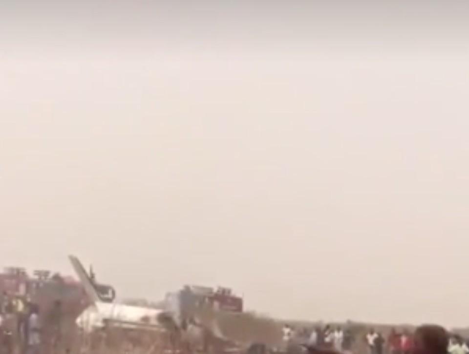 Семь человек погибли в результате крушения военного самолета в Нигерии. Фото: скриншот видео.