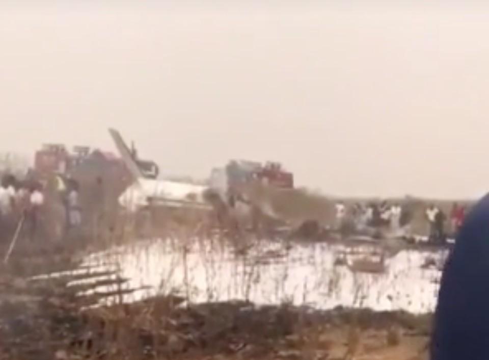 Возле столицы Нигерии разбился военный самолет. Фото: скриншот видео.
