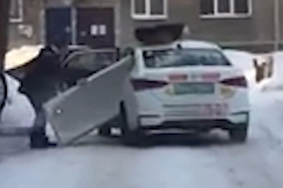 Водитель настойчиво пытается засунуть ванну в салон автомобиля.