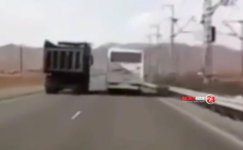 На дороге едва не произошло дорожно-транспортное происшествие. Скрин из видео: newsbox24.tv