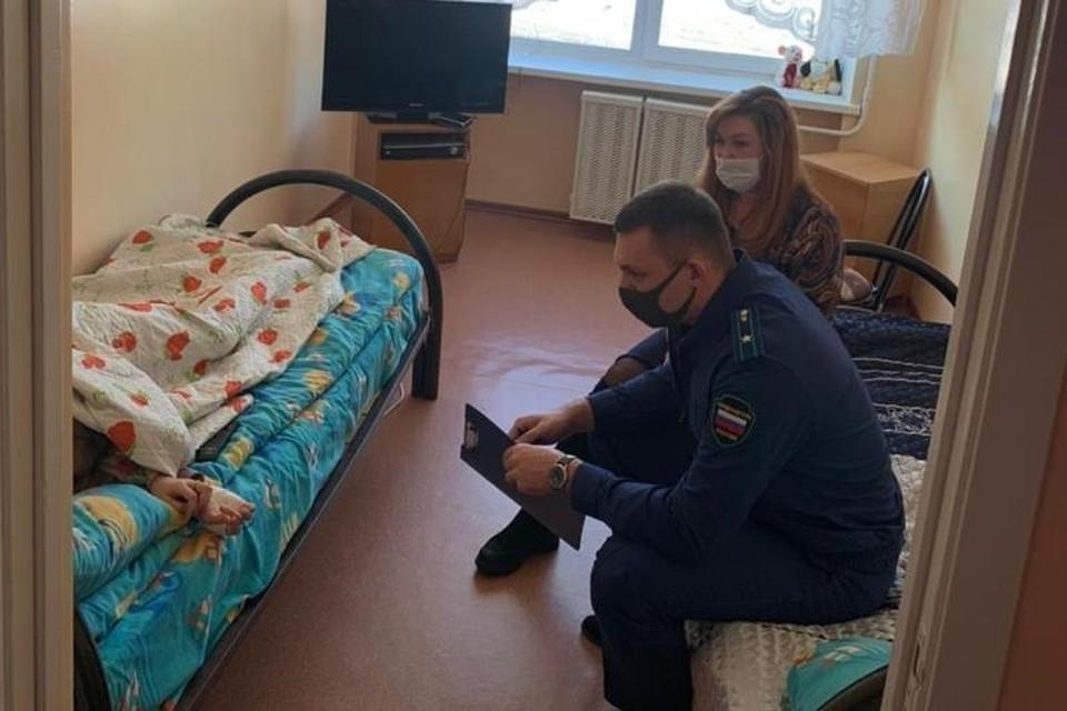 Прокурор и Любовь Устиновская опрашивают пострадавшую девочку. фото пресс-служба прокуратуры Сахалинской области