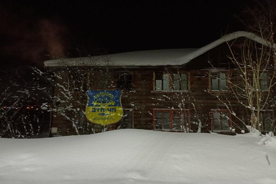 """В доме обгорели деревянные конструкции квартиры на первом этаже. Фото: """"Мурманск ДТП ЧП"""""""