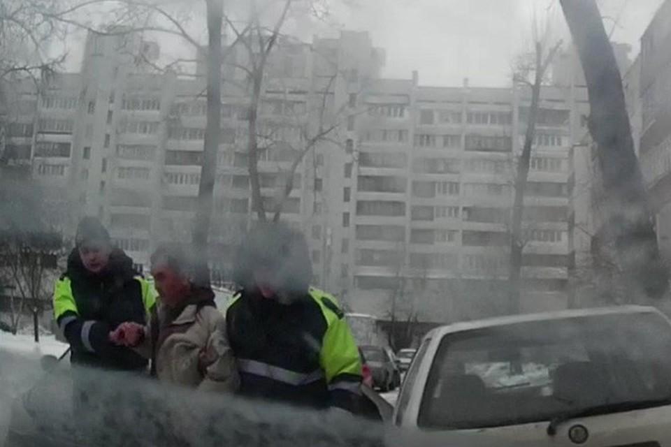 В Минске сотрудники ГАИ задержали пьяного мужчину – он еле держался на ногах. Фото: скриншот с видео УГАИ ГУВД Мингорисполкома