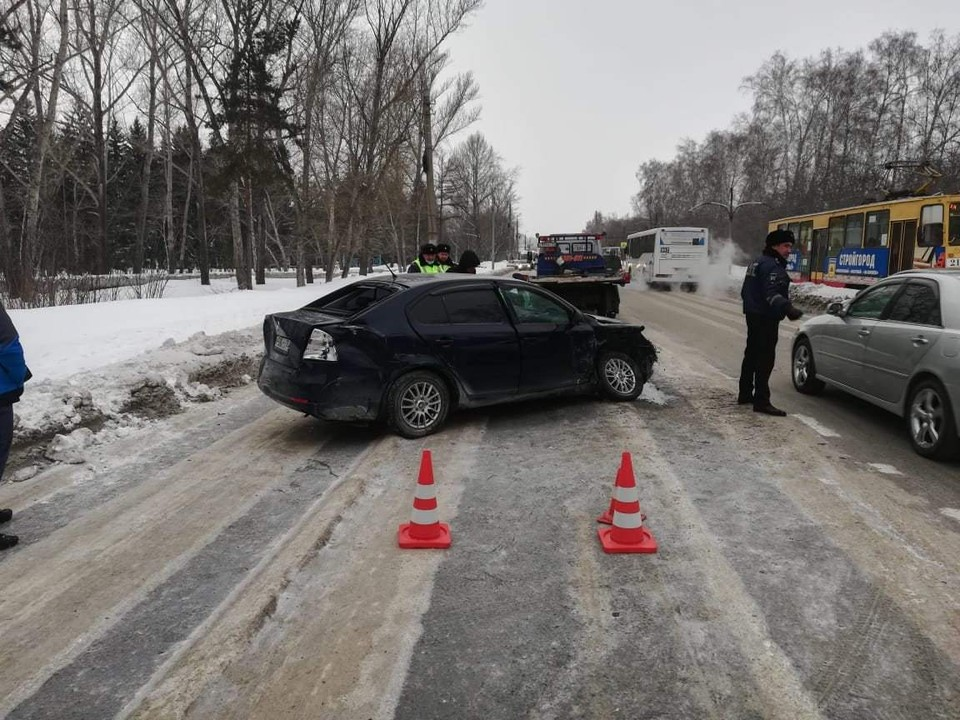 Участниками аварии стали сразу три автомобиля. Фото: пресс-служба Госавтоинспекции