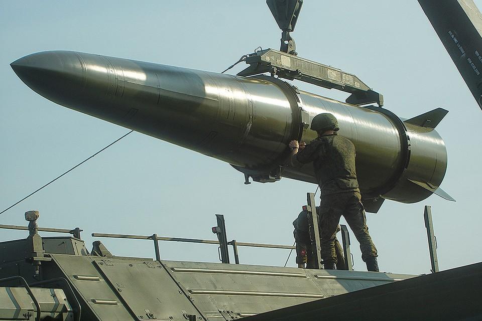 """Перегрузка ракеты для оперативо-тактического ракетного комплекса """"Искандер"""" из транспортной машины."""