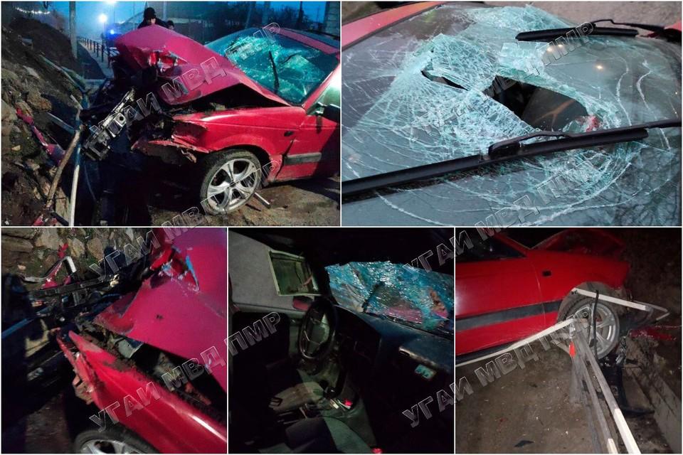 Автомобиль врезался в забор (Фото: МВД Приднестровья).