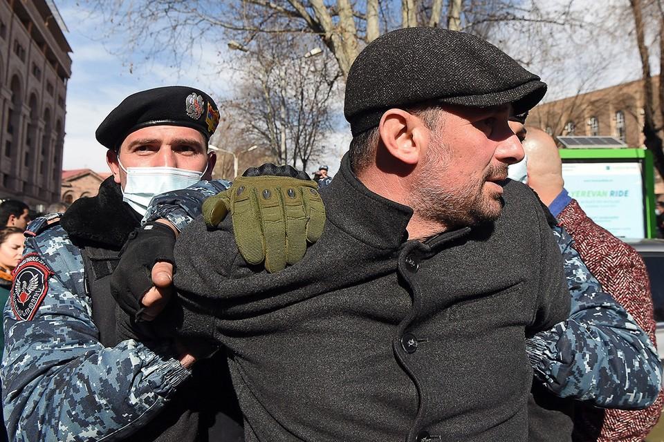 В Ереване генералы восстали против Пашиняна - люди выходят на улицы: к чему приведёт конфликт премьера Армении с военными