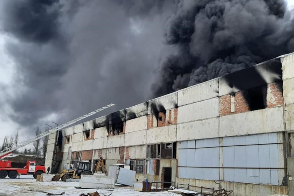 Площадь пожара составила 500 квадратных метров. Фото: ГУ МЧС России по РО.