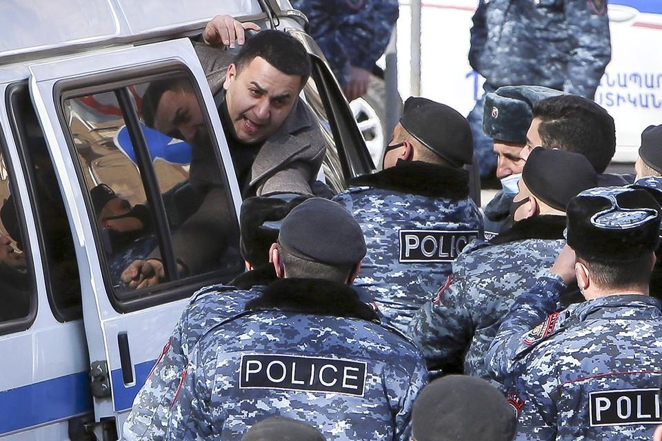 Задержание участника оппозиционного митинга в Ереване.