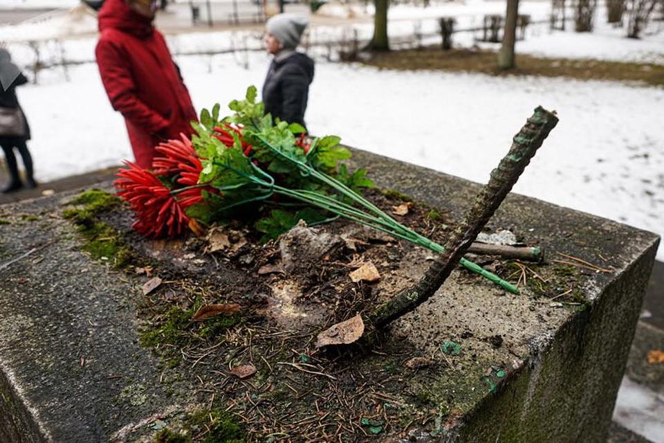 Памятник был сооружен на месте братской могилы