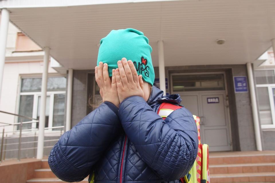 Родители возмущены, что ребенок получил пинок в школе.