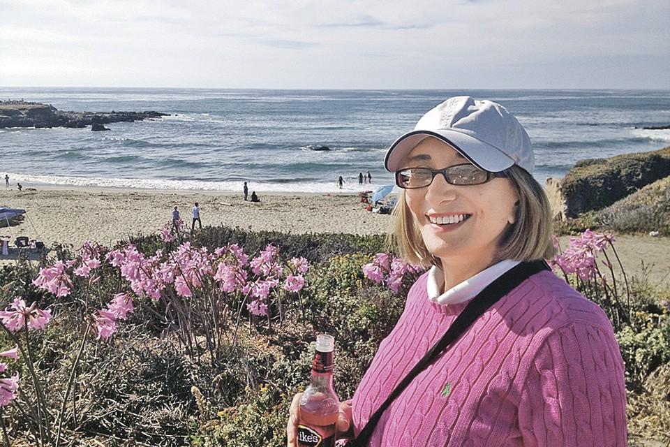 Сейчас женщина живет на западном побережье США и пишет детские книги. Фото: Личный архив