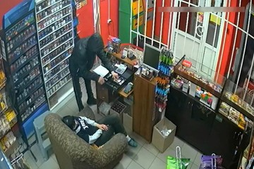 Появилось видео, как неизвестный грабит магазин в Кирове прямо при спящей продавщице
