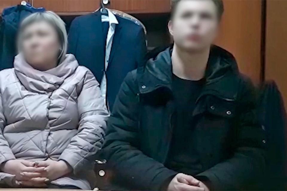 На кадрах оперативного видео школьник сидит на допросе рядом со своей мамой.
