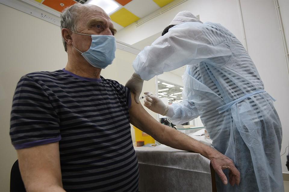Пункт вакцинации от коронавируса в одном из ТЦ Екатеринбурга.