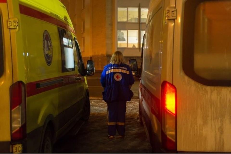 Медики забрали мать мальчика в больницу, но спасти ее жизнь не удалось.