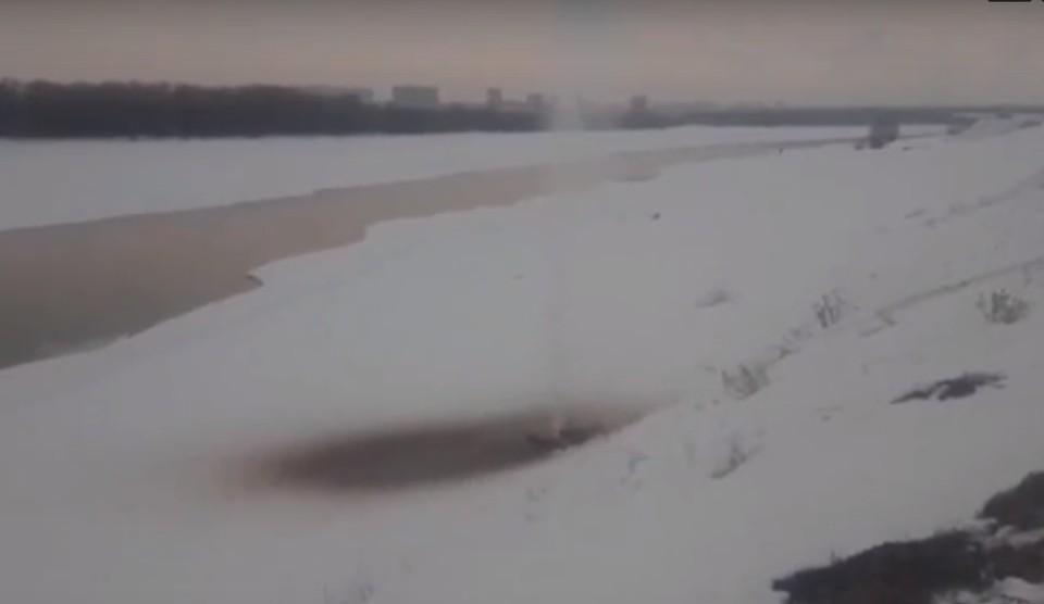 Теплая вода начала бить прямо из под льда.