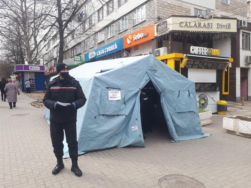 Такие палатки установлены по всему городу.