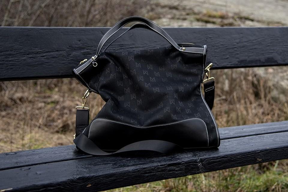 Мужчина, не скрываясь, забрал сумку девочки при ней же и ушел. Фото: pixabay.com