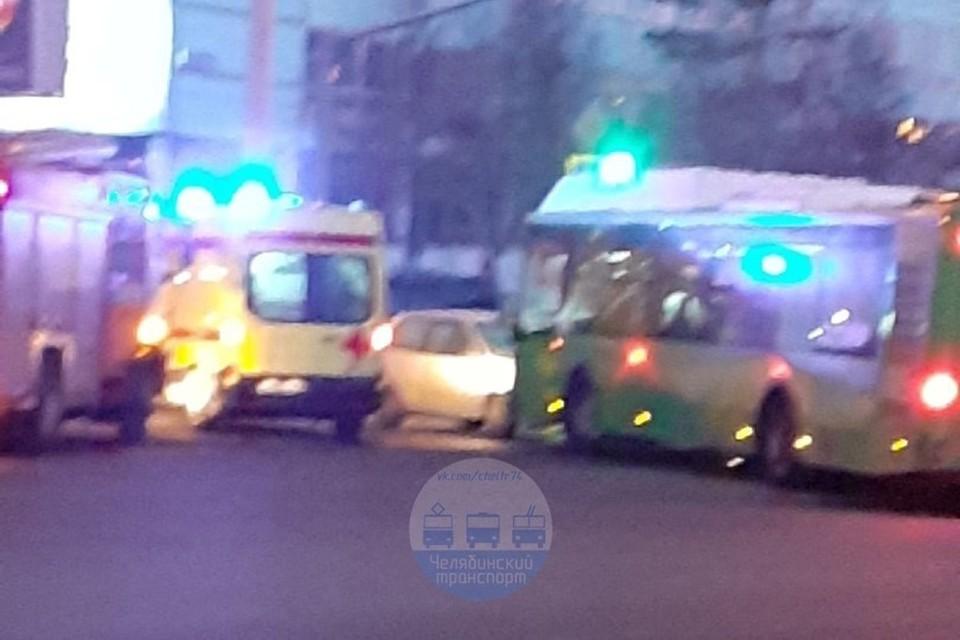 Авария произошла рано утром. Фото: Челябинский транспорт / Vk.com
